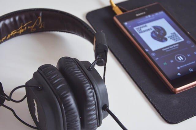 calisirken muzik dinlemek