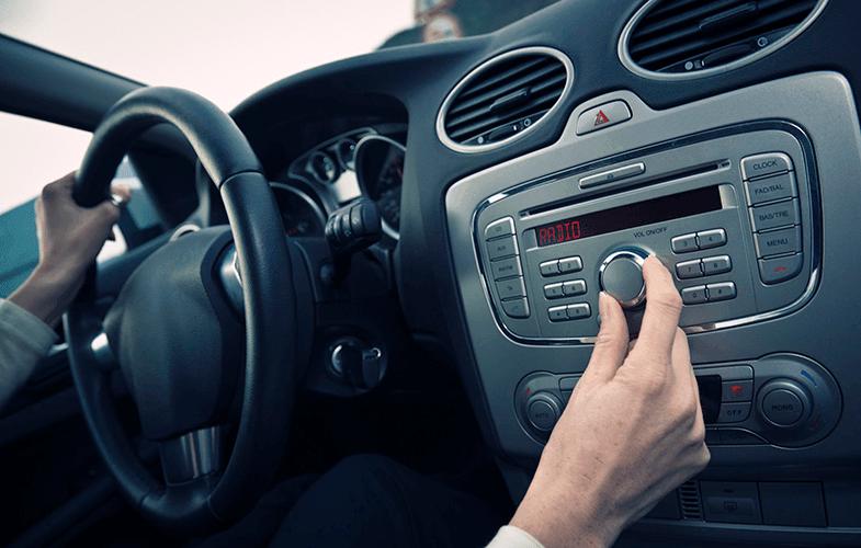 arabada radyo dinlemek