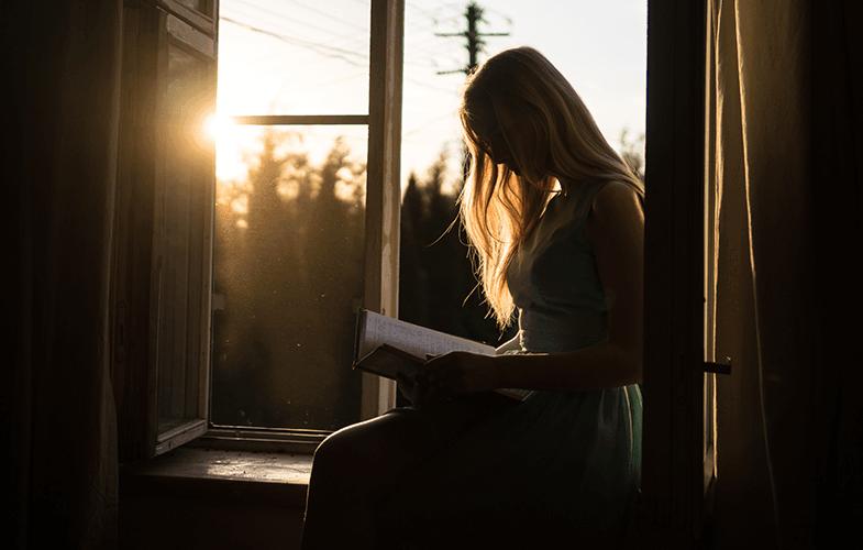 Sabahları kitap okuyan kadın