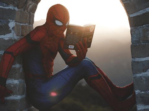 Kitap okuyan örümcek adam